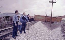 La police examine un déraillement de train photos stock