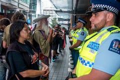 La police formée se range autour de l'entrée au centre de convention de ville de ciel, où TPPA a été signé Photographie stock libre de droits