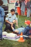 La police forme des premiers secours pour des personnes sur un simulacre au centre de la ville, une action de premiers secours à  photographie stock libre de droits