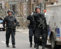 La police FRAPPE des membres Photos stock