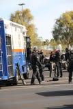 La police frappe Team Preparing pour les manipulations suspectes Images libres de droits