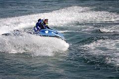 La police italienne s'exerce en mer avec le navire images libres de droits