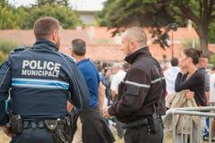 La police locale française surveillant le public Photos stock