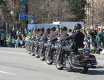 La police métropolitaine d'Indianapolis avec des motos est au défilé du jour de St Patrick annuel image libre de droits