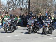 La police métropolitaine d'Indianapolis avec des motos est au défilé du jour de St Patrick annuel photo stock