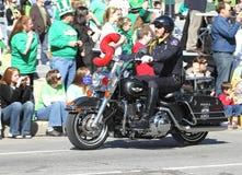 La police métropolitaine d'Indianapolis avec la moto au jour de St Patrick annuel défile Photographie stock