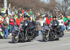 La police métropolitaine d'Indianapolis est avec des motos au défilé du jour de St Patrick annuel images libres de droits