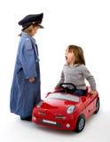 La police parle avec un gestionnaire dans un véhicule Images stock