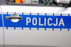 La police polonaise se connecte une porte de voiture de police images libres de droits