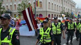 La police protège l'événement gai clips vidéos