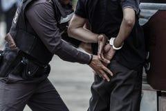 La police que l'acier menotte, police arrêtée, policier professionnel doit être très forte, dirigeant Arresting Images stock