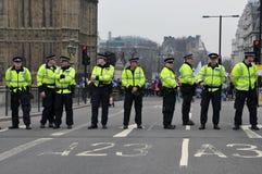 La police reste le dispositif protecteur sur la passerelle de Westminster Images stock