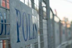 La police se connecte des barrières en métal en dehors de station photographie stock