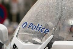 La police se connecte le pare-brise de moto, Belgique images stock