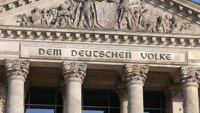 La politique allemande : Pan Shot du bâtiment de Reichstag à Berlin, Allemagne banque de vidéos