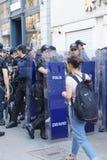 La polizia in attrezzatura antisommossa attende gli ordini durante la protesta Immagine Stock Libera da Diritti