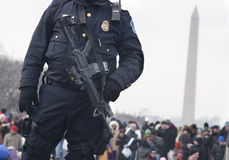 La polizia con il fucile M4 custodice la folla sul viale nazionale Fotografia Stock