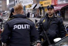 LA POLIZIA DANESE GUARDA LA STAZIONE FERROVIARIA DI NORREPORT Immagini Stock