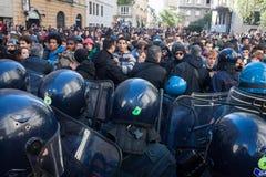 La polizia di tumulto confronta i dimostranti a Milano, Italia Immagine Stock