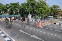 La polizia di tumulto custodice la Camera di governo a Bangkok Immagini Stock