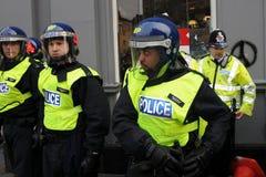 La polizia di tumulto sull'equipaggiamento di riserva ad un'austerità protesta Immagine Stock