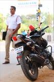 La polizia equipaggia e la sua bici Immagine Stock