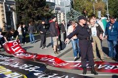 La polizia ha confiscato alcuni manifesti con pace marzo immagine stock libera da diritti