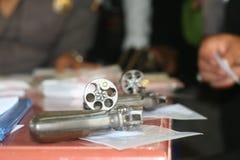 la polizia ha controllato la pistola fotografie stock libere da diritti