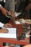 la polizia ha controllato la pistola fotografie stock