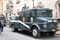 La polizia peruviana anziana trasporta Immagini Stock