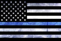 La polizia sostiene la bandiera Blue Line sottile fotografie stock libere da diritti