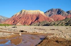 La pollera de la coya, rött berg i Argentina royaltyfria bilder
