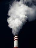 La pollution atmosphérique, blanc massif fume l'usine Photos libres de droits