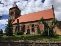 La Pologne, Boreczno près d'Ilawa, église locale sur une colline photo stock