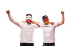 La Pologne contre l'Allemagne sur le fond blanc Les passionés du football des équipes nationales célèbrent Images stock