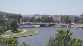 La Pologne Cracovie en juin 2019 Vue du fleuve Vistule et de la ville de Cracovie des murs de château banque de vidéos