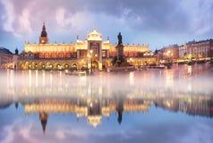 La Pologne, Cracovie, le 27 octobre 2017 : Place du marché avec les touristes célèbres de l'architecture de l'Europe de l'Est et  images stock