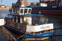 LA POLOGNE, DANZIG - 14 DÉCEMBRE 2014 : Petit bateau avec l'arbre de Noël à bord Photos stock