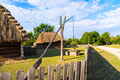 La Pologne, Kielce vieux maisons et shadoof polonais sur le champ, puits d'aspiration Photo libre de droits