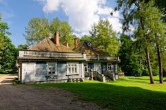 La Pologne, parc de palais de Bialowieza Vieux manoir en bois et historique de chasseurs Le bâtiment le plus ancien dans Bialowie images libres de droits