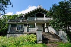 La Pologne, parc de palais de Bialowieza Vieux manoir en bois et historique de chasseurs Le bâtiment le plus ancien dans Bialowie image stock