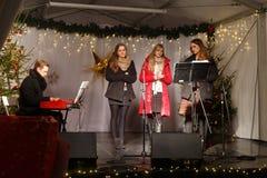 LA POLOGNE, SOPOT - 14 DÉCEMBRE 2014 : Un groupe de jeunes inconnu exécute des chansons catholiques de Noël Photos libres de droits