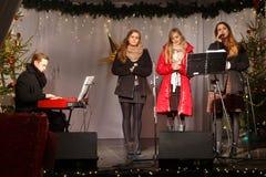 LA POLOGNE, SOPOT - 14 DÉCEMBRE 2014 : Un groupe de jeunes inconnu exécute des chansons catholiques de Noël Image libre de droits