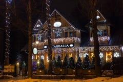 LA POLOGNE, ZAKOPANE - 3 JANVIER 2015 : Restaurant en bois traditionnel sur la rue dans Zakopane dans la décoration de Noël images stock