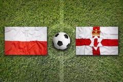 La Polonia contro Bandiere dell'Irlanda del Nord sul campo di calcio Immagine Stock