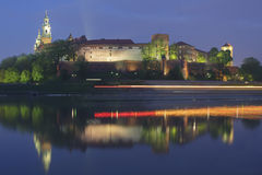 La Polonia, Cracovia, castello reale di Wawel, luci di una barca di passaggio Fotografia Stock