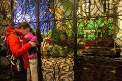 LA POLONIA, CRACOVIA - 1° GENNAIO 2015: Tuorists vicino all'altare principale della chiesa di St Andrew Fotografia Stock