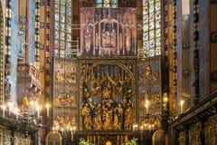 LA POLONIA, CRACOVIA - 27 MAGGIO 2016: Apertura dell'altare principale di St Mary medievale ' chiesa di s a Cracovia Fotografie Stock Libere da Diritti