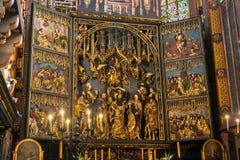LA POLONIA, CRACOVIA - 27 MAGGIO 2016: Apertura dell'altare principale di St Mary medievale ' chiesa di s a Cracovia Immagine Stock Libera da Diritti
