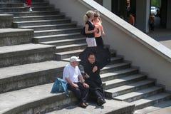 LA POLONIA, CRACOVIA - 28 MAGGIO 2016: Parlando ai pellegrini ed ai sacerdoti sui punti della basilica della pietà divina fotografia stock